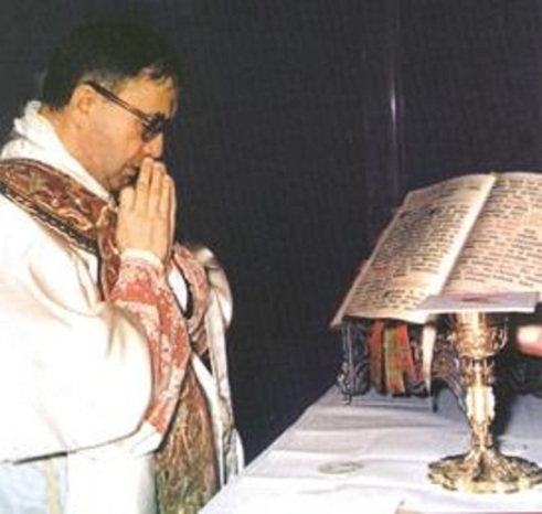 1 Escriva_at_Mass_1971