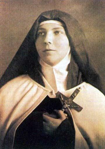 Madre Orsola e Don Guidi, il parroco de Le Budrie e loro direttore  spirituale, le mettono in mano il libro delle Regole: «Se le osserverai, le  dicono, ...